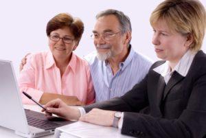 Консультант подбирает кредит пенсионерам
